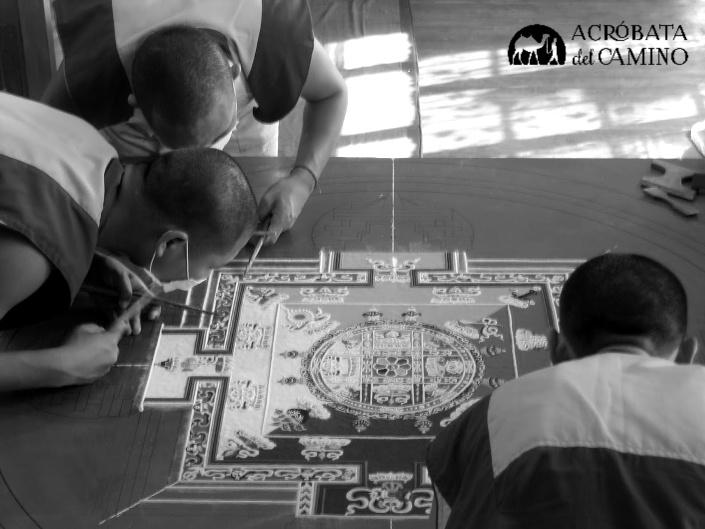 monjes tibetanos haciendo mandala de arena