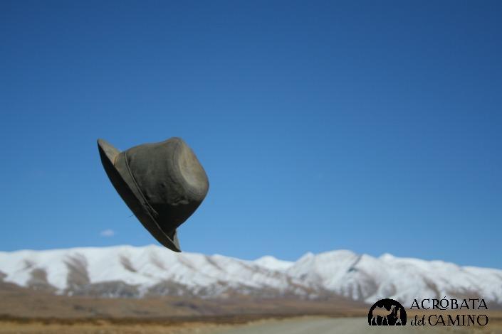 El viento del altiplano hace volar un sombrero tibetano, casi tanguero.