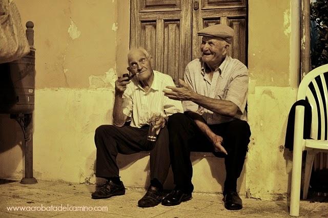 viejitos conversando