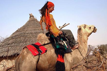 Kinga con Tika, su camello, en Burkina Faso.