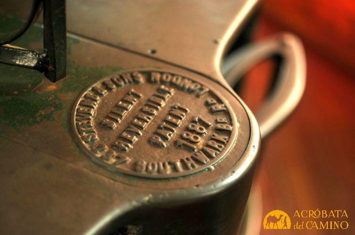 Detalle de la manivela del ascensor, con datos del fabricante y fecha.