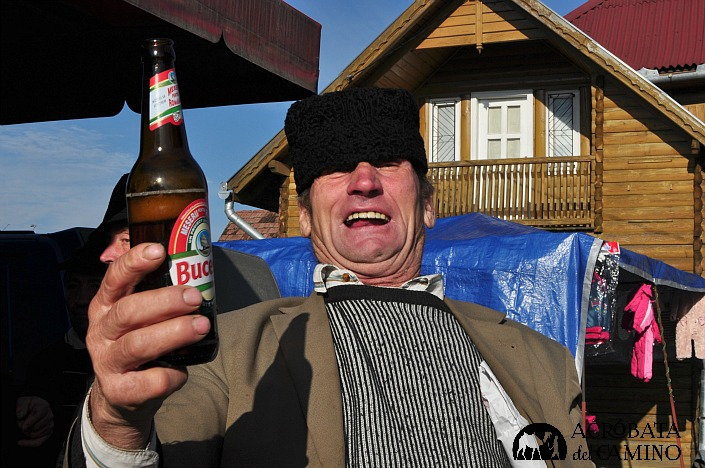 Dos minutos después ya hay confianza y me invita una cerveza...