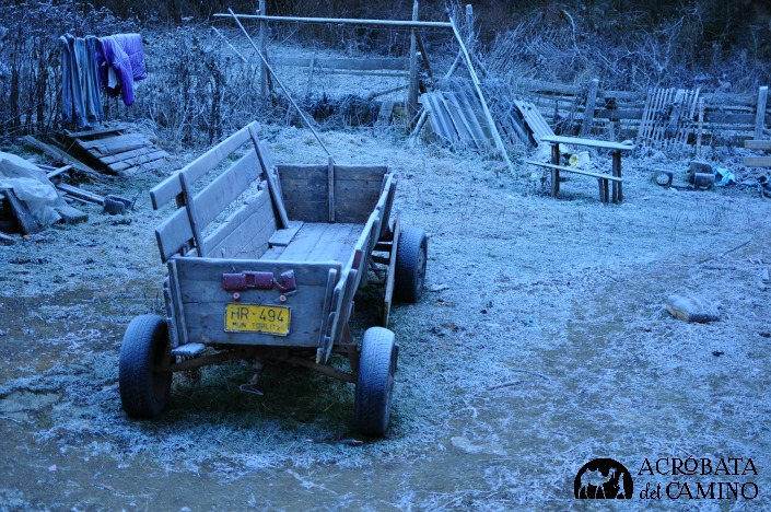 Un carro sin caballos, cubierto por la helada....