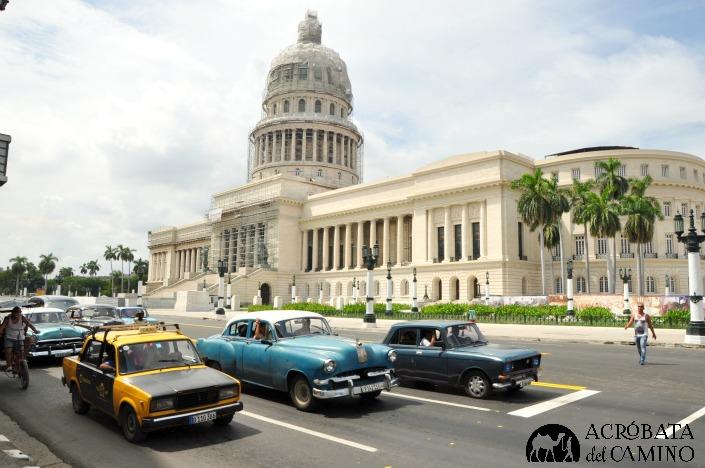 Un Lada y un Moskvitch rusos junto a un Pontiac, combinación 100% cubana.