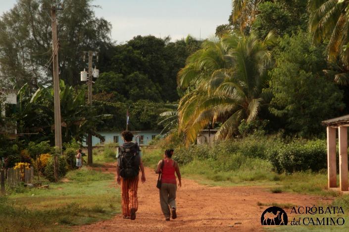 Milagros nos acompaña hasta la ruta paqra continuar viaje hacia Santa Clara. Emiliano, retrasado, toma la fotografía.