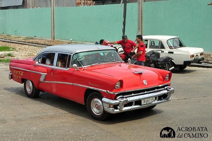 Mercury Monterrey 56 en una parada de taxis.