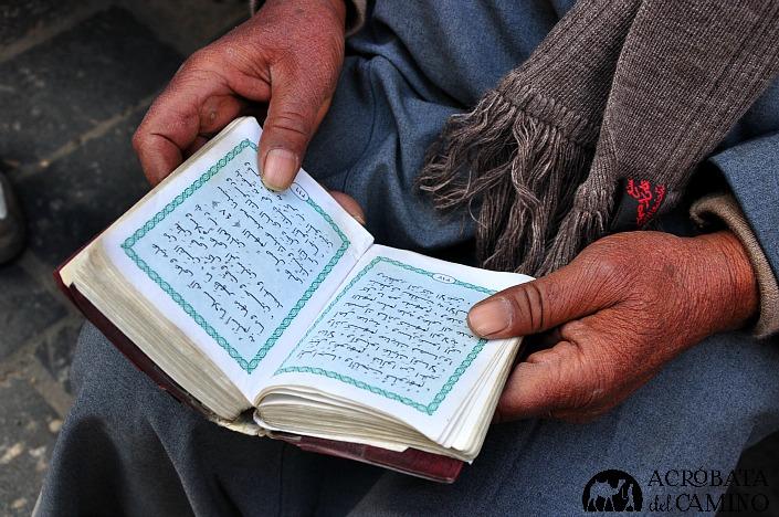 hombre leyendo el coran