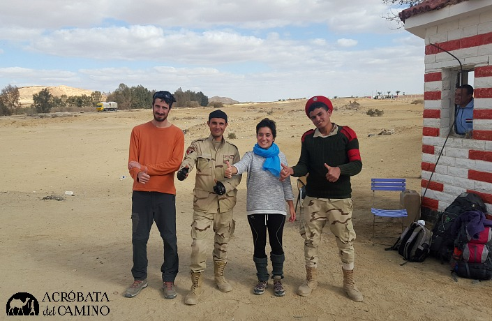 Aburridos en el medio del Sahara, estos militares se entretienen tomándose fotos con nosotros.