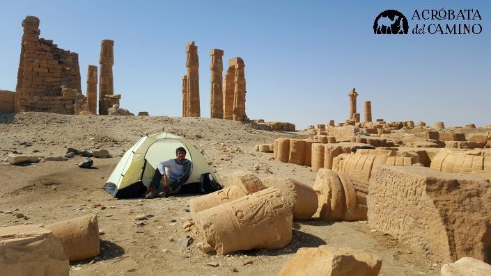 Despertando tras acampar entre las columnas caídas de un templo egipcio.
