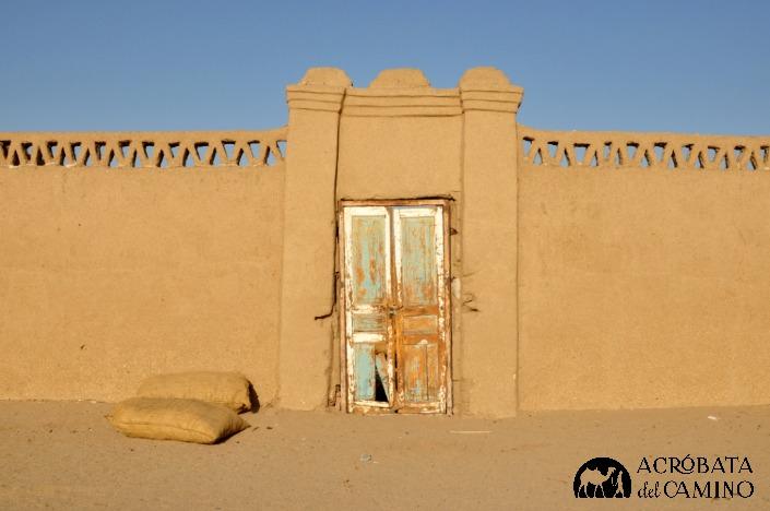 La casa de Mozamil con sacos de dátiles en la puerta.