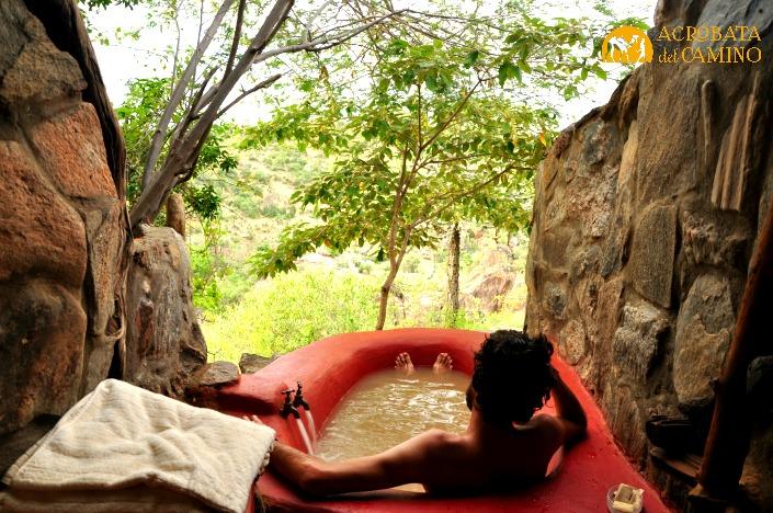 Para mi esta foto explica la diferencia entre el lujo como burbuja y el glamping. ¡Bañera con agua de río!