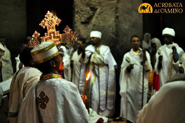 Los cantos rituales en geez, junto con las velas etilo bengala de cancha son ingredientes infaltables del ritual.