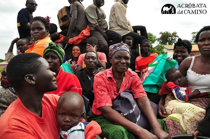 campesinos en uganda yendo al mercado