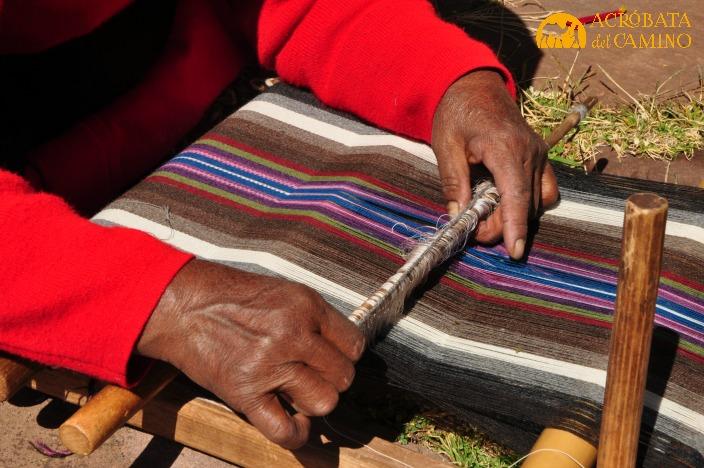 mujer tejiendo en telar tawanapata en taquile