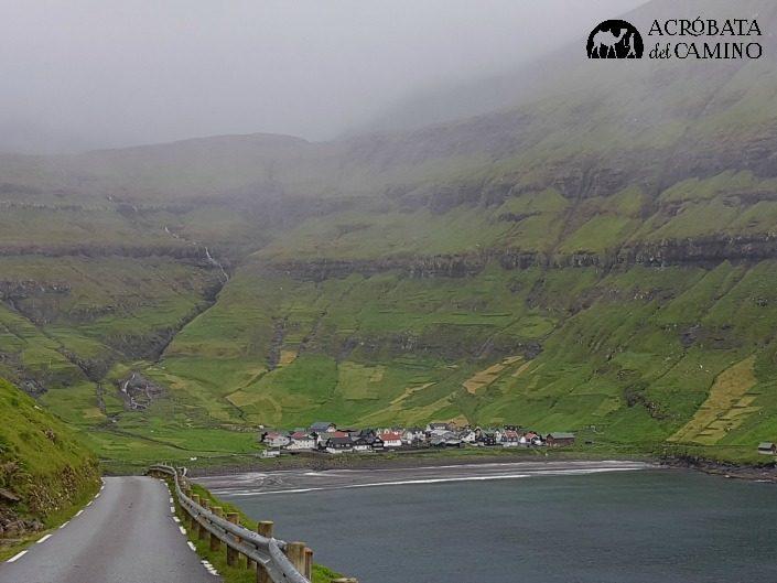 tjornuvik rodeado de cerros y cascadas