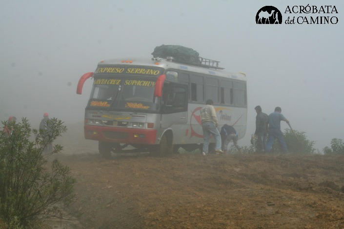 buses en Bolivia junto al precipicio