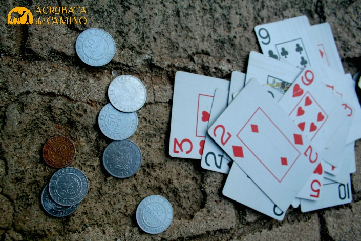 monedas y cartas de poker