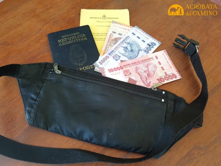 portavalores con dinero y pasaporte