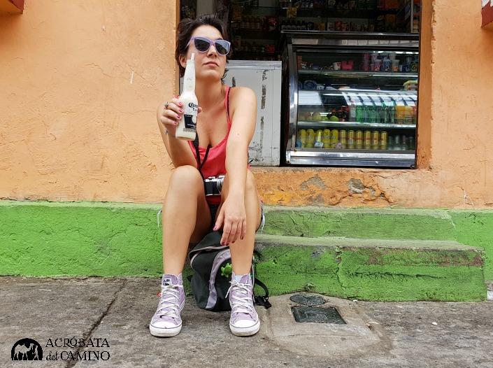 Chica tomando avena en Cartagena