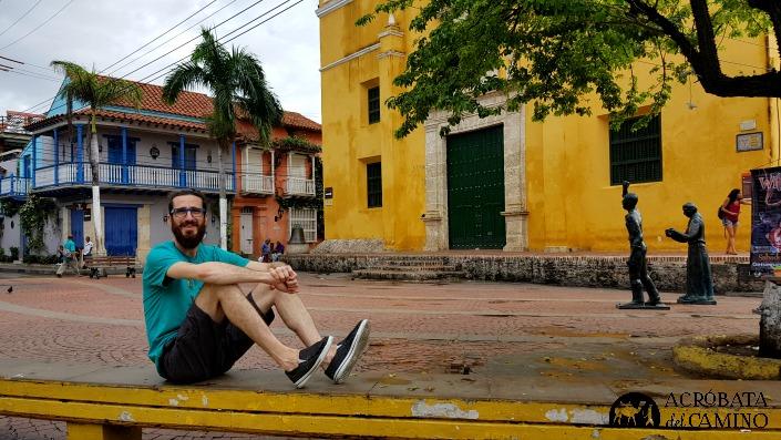 Sentado en la Plaza de la Trinidad de día