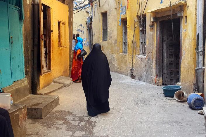 mujer musulmana en una calle de zanzibar
