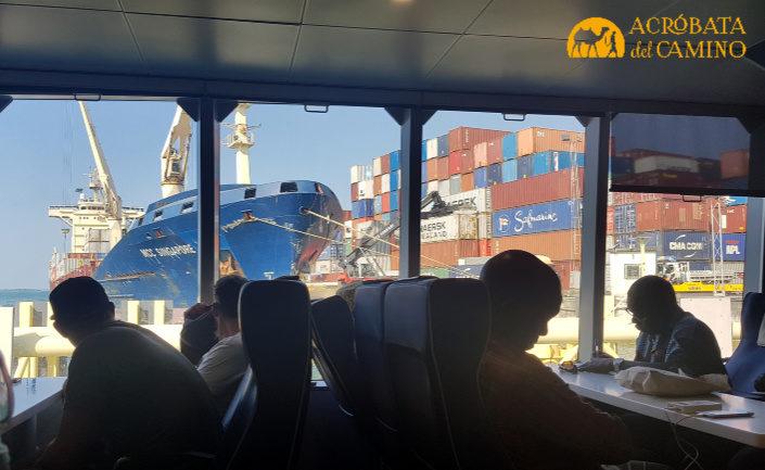 interior del ferry a zanzibar