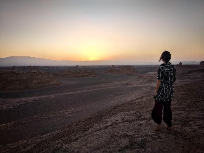 mujer mirando el desierto en iran