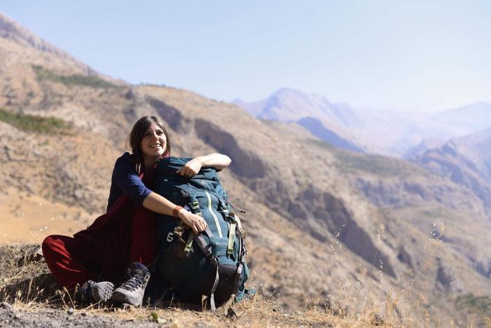 viajera con su mochila en las montañas de iran