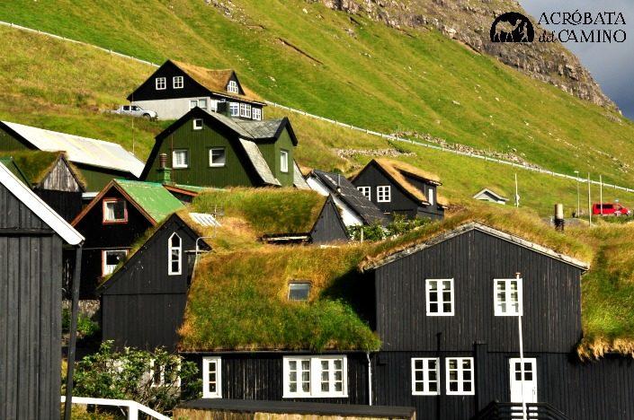 casas con techo de hierba en las islas feroe