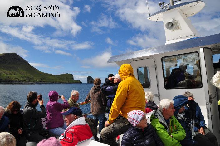 ferry a mykines y turistas observando el paisaje