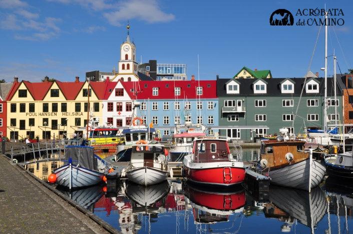 Puerto de Torshavn con casas de colores y barcos