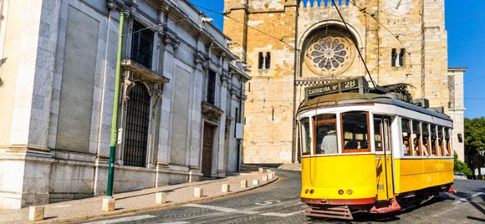 tranvia 28 en catedral de Lisboa