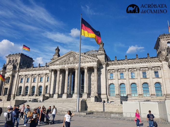 Reichstag y bandera alemana