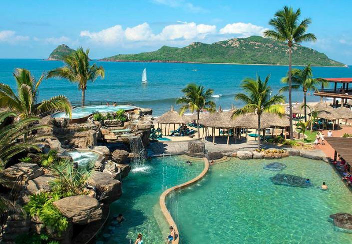 hotel mazatlan con playa privada y palmeras