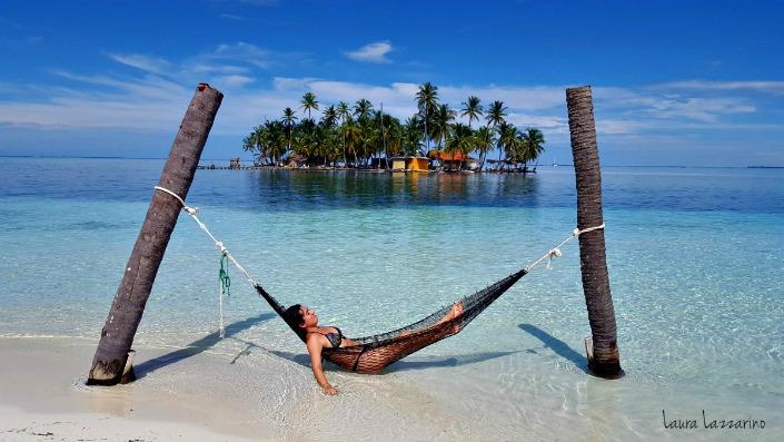 chica en hamaca en la playa de san blas panama