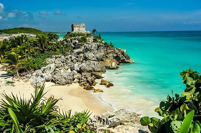 playa con pirámide maya