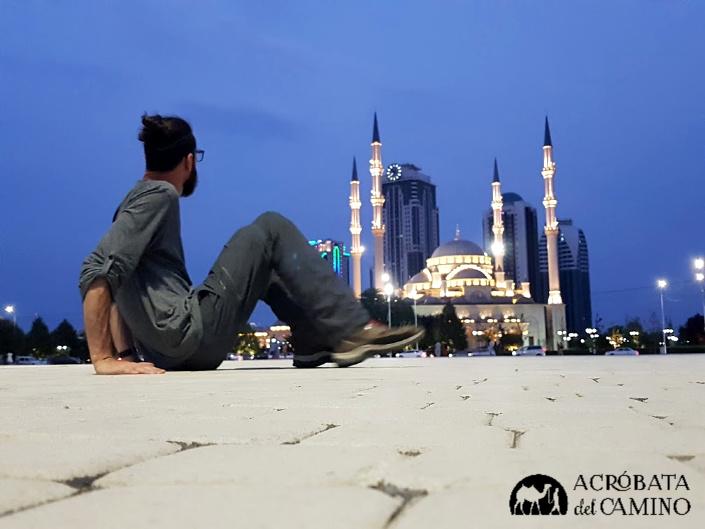 mezquita de grozny con luces de noche