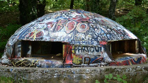 bunkers cubiertos de grafiti en albania