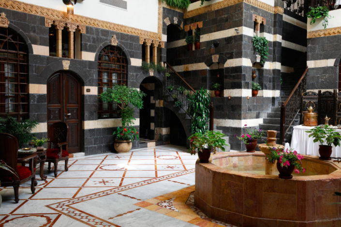 patio del hotel beit al wali