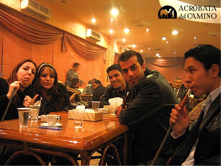 fumando argilleh en Alepo Siria