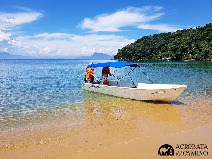 lancha en la playa Pouso ilha grande