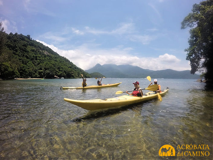 kayak en isla grande con agua cristalina de fondo