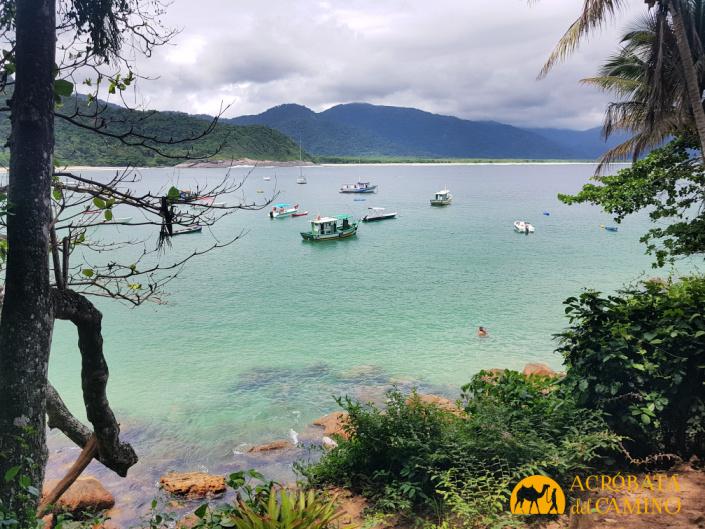barcos de pesca en playa aventureiro