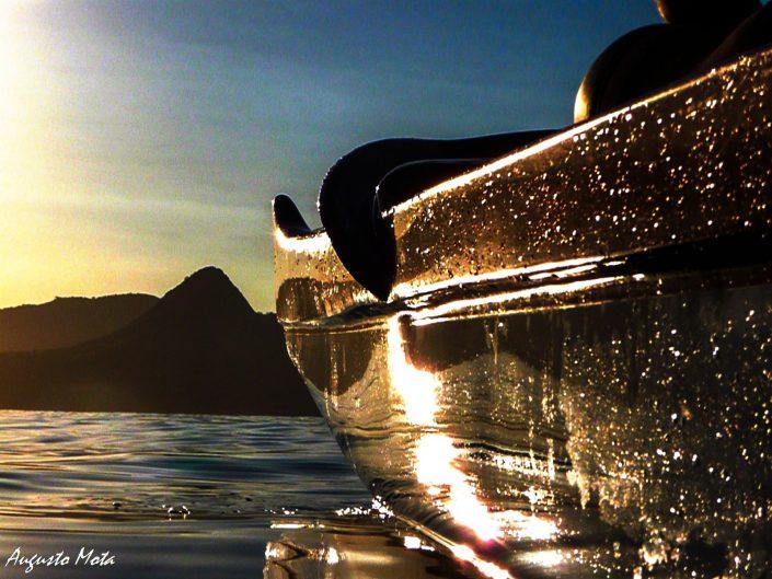 proa de una canoa polinesica en bahia de guanabara