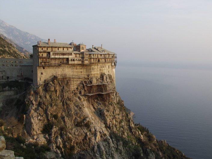 monasterio en un acantilado Monte Athos al atardecer