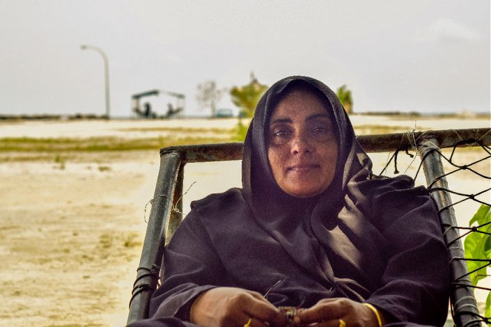 mujer musulmana en la playa