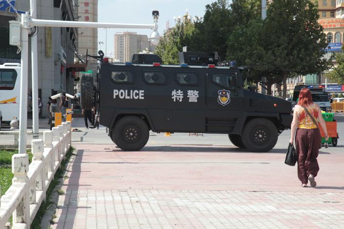 vehiculo blindado policia china en  kashgar