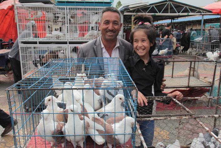 familia uigur en el mercado vendiendo pollos