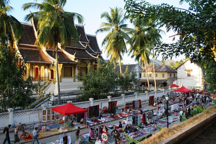 mercado nocturno luang prabang con puestos de artesanías