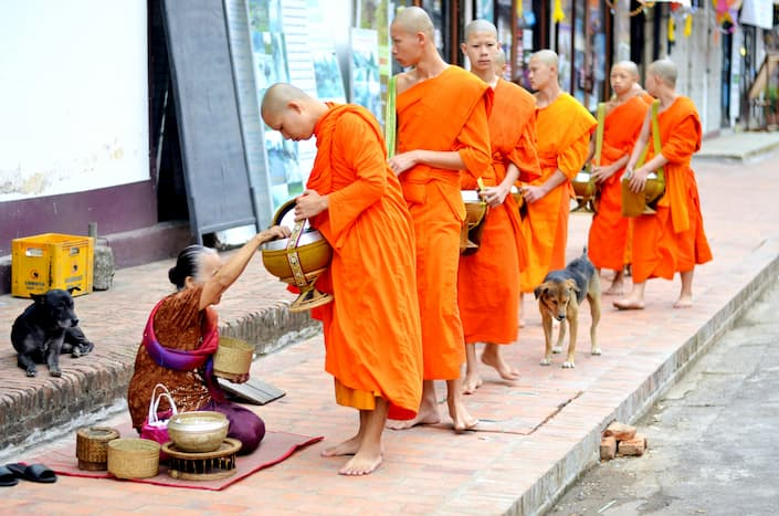 monjes recibiendo ofrendas en luang prabang